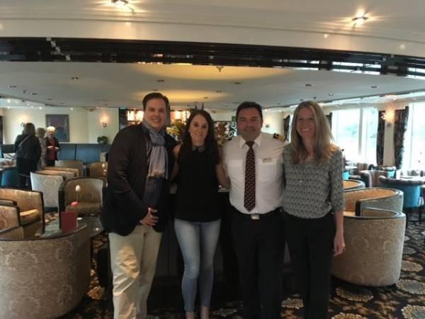 Daniel, Sabrina und Nicole mit Kapitän Frank Masselon