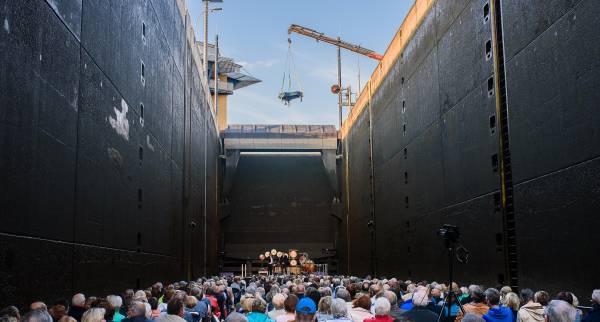 Die Excellence Queen sinkt 18 Meter tief in die Schleusenkammer. Behutsamkeit ist gefragt, wenn der Kran den 90'000 Euro teuren Steinway-Flügel aufs Deck hievt.