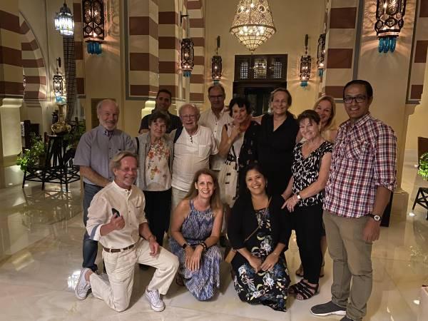 Pia Schmid (5 v.r., stehend) lud die Reisegäste zum Apéro ins legendäre Hotel Old Cataract ein