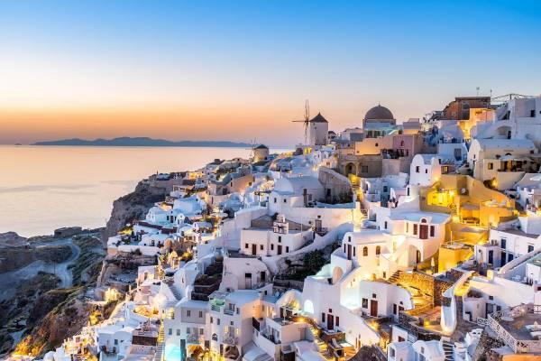 Santorini gehört zu den Kykladen und verdankt seine Form einem gewaltigen Vulkanausbruch um 1500 v. Chr.
