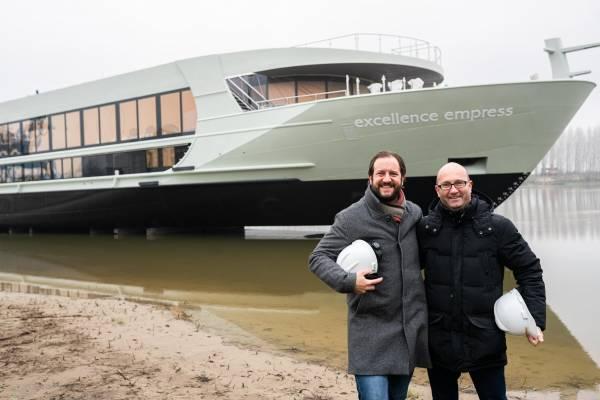 Das Umweltschiff Excellence Empress hat erstmals Wasser unter dem Kiel. VR-Präsident und Reedereichef Karim Twerenbold und Stephan Frei, CEO Reisebüro Mittelthurgau in der Werft.
