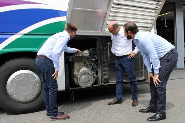 Mit umweltfreundlichen Bussen reisen Excellence-Gäste durch Europa. Der Carbetriebschef Remo Lorenz erklärt die Funktion des Euro-6 Motors, der schon 2020 in allen Twerenbold-Reisebussen eingesetzt wird.