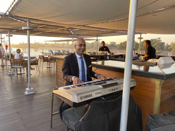 Der musikalischste Rezeptionist auf dem Nil Front Office Manager John spielt zur Teatime