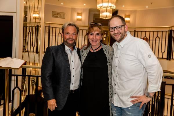 Regula und Dominik Zehnder mit Rolf Fliegauf an Bord der Excellence Countess