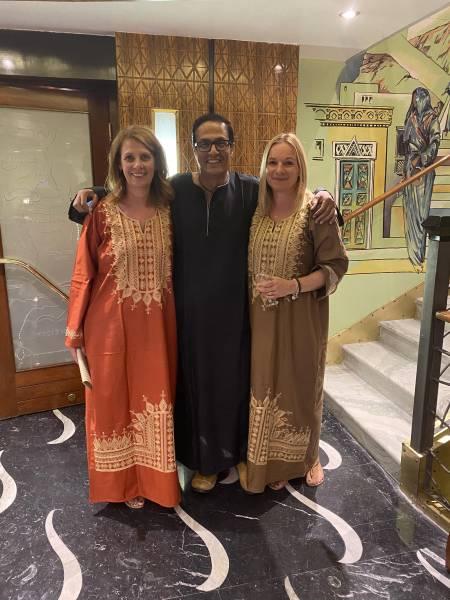 «Unsere lokalen Guides kümmern sich um alle Wünsche unserer Gäste. Ihr grosses Wissen hilft. das alte und neue Ägypten beser zu verstehen.» Ellen und Alexandra am Ägyptischen Abend auf der Alyssa. mit Reiseführer Mohamed.
