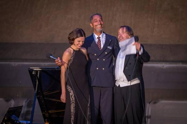 Kapitän Raul Kraaier legte am Ende des Konzerts einen exzellenten Auftritt hin – mit «What a wonderful world» im Duett mit Burkhard von Puttkamer.